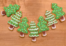 Biscotti degli alberi del nuovo anno su fondo di legno, spazio libero, piano Fotografia Stock