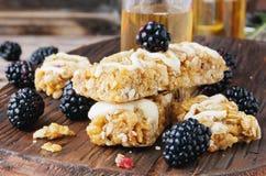 Biscotti dei cereali con frutta e le bacche Immagini Stock