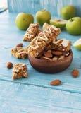Biscotti dei cereali con frutta e le bacche Immagine Stock