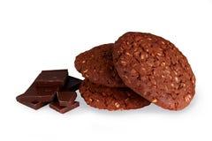 Biscotti dei biscotti del cioccolato, con i fiocchi di avena isolati sulle sedere bianche Fotografie Stock Libere da Diritti