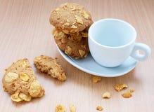 Biscotti dei fiocchi di granturco con la tazza Fotografia Stock