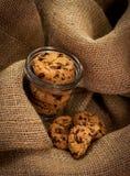 Biscotti del bello pezzo del cioccolato in un barattolo Fotografia Stock