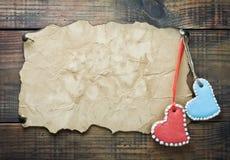 Biscotti del biglietto di S. Valentino sotto forma di cuori Fotografia Stock