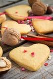 Biscotti del biglietto di S. Valentino su un fondo degli innamorati variopinti, ribb Fotografia Stock