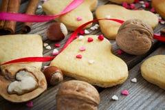 Biscotti del biglietto di S. Valentino su un fondo degli innamorati variopinti, ribb Immagine Stock