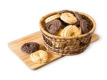 Biscotti del cacao e della vaniglia nel canestro sul vassoio, isolato su fondo bianco immagine stock