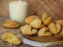 Biscotti del cereale in un canestro ed in un bicchiere di latte Immagini Stock Libere da Diritti