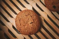 biscotti del chip sul tovagliolo marrone Immagine Stock