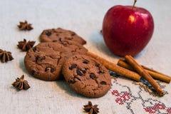 Biscotti del cioccolato con cannella, la mela e l'anice Fotografie Stock