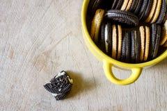 Biscotti del cioccolato con cread Immagine Stock