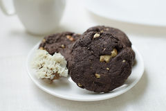 Biscotti del cioccolato con i dadi su un souser Immagine Stock Libera da Diritti