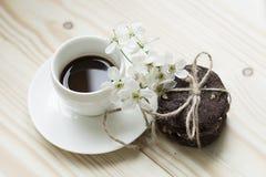 Biscotti del cioccolato con i fiori della molla e del caffè Immagini Stock Libere da Diritti