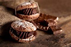 Biscotti del cioccolato con i pezzi di cioccolato sul vecchio backgro di legno Immagini Stock Libere da Diritti