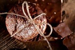 Biscotti del cioccolato con i pezzi di cioccolato sul vecchio backgro di legno Fotografie Stock