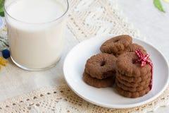 Biscotti del cioccolato con latte Fotografia Stock