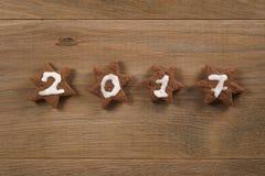 Biscotti del cioccolato del pan di zenzero con il numero 2017 per il nuovo anno Immagine Stock