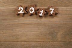 Biscotti del cioccolato del pan di zenzero con il numero 2017 per il nuovo anno Fotografie Stock Libere da Diritti