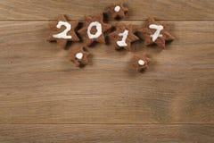 Biscotti del cioccolato del pan di zenzero con il numero 2017 per il nuovo anno Fotografia Stock