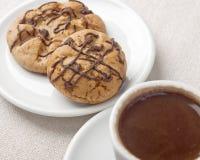 Biscotti del cioccolato e una tazza di caffè Fotografie Stock