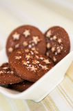 Biscotti del cioccolato fondente di festa di Natale con le stelle bianche fotografia stock libera da diritti