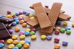 Biscotti del cioccolato fra vari dolci di colore Immagini Stock Libere da Diritti