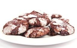 Biscotti del cioccolato isolati su priorità bassa bianca Immagini Stock