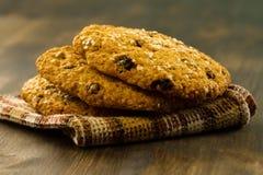 Biscotti del cioccolato su fondo di legno d'annata Fotografie Stock Libere da Diritti