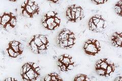Biscotti del cioccolato su priorità bassa bianca Vista superiore Immagini Stock Libere da Diritti