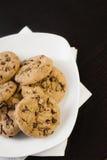 Biscotti del cioccolato su una tabella nera immagini stock