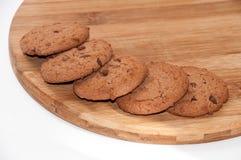Biscotti del cioccolato sul bordo di legno rotondo Fotografia Stock Libera da Diritti