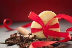 Biscotti del cuore del biglietto di S. Valentino Immagine Stock