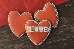 Biscotti del cuore del pan di zenzero Immagini Stock