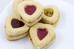 Biscotti del cuore di giorno del ` s del biglietto di S. Valentino Fotografie Stock Libere da Diritti