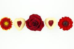 Biscotti del cuore di giorno del ` s del biglietto di S. Valentino con i fiori Fotografie Stock Libere da Diritti