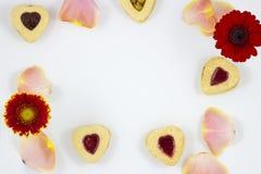 Biscotti del cuore di giorno del ` s del biglietto di S. Valentino con i fiori Fotografia Stock Libera da Diritti