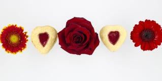 Biscotti del cuore di giorno del ` s del biglietto di S. Valentino con i fiori immagine stock libera da diritti