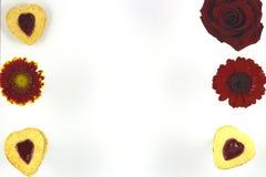 Biscotti del cuore di giorno del ` s del biglietto di S. Valentino con i fiori immagini stock libere da diritti