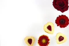 Biscotti del cuore di giorno del ` s del biglietto di S. Valentino con i fiori Fotografie Stock