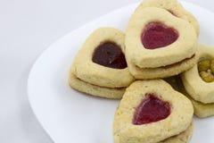 Biscotti del cuore di giorno del ` s del biglietto di S. Valentino con i petali rosa Fotografia Stock Libera da Diritti