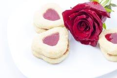Biscotti del cuore di giorno del ` s del biglietto di S. Valentino con la rosa rossa Immagine Stock Libera da Diritti