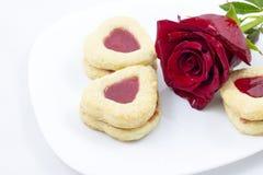Biscotti del cuore di giorno del ` s del biglietto di S. Valentino con la rosa rossa Immagine Stock