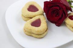 Biscotti del cuore di giorno del ` s del biglietto di S. Valentino con la rosa rossa Fotografia Stock