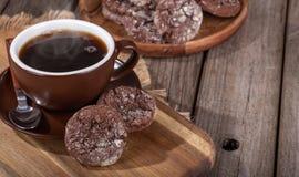 Biscotti del fondente di cioccolato e tazza di caffè di cottura a vapore fotografia stock libera da diritti