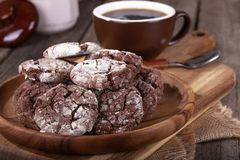 Biscotti del fondente di cioccolato su un piatto di legno fotografia stock libera da diritti