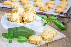 Biscotti del formaggio con basilico, primo piano Fotografie Stock
