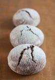 Biscotti del krinkle del brownie Dessert del cioccolato immagini stock libere da diritti