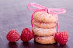 biscotti del lampone con il nastro Immagini Stock