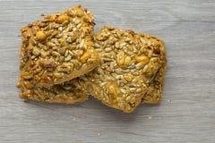Biscotti del muffin con i dadi ed i fiocchi Primo piano Copi lo spazio immagine stock libera da diritti