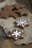 Biscotti del pan di zenzero del cioccolato di natale di figura della stella Immagini Stock