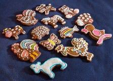 Biscotti del pan di zenzero delle forme differenti su fondo blu Immagine Stock